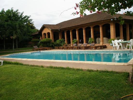Hotel Mon Afrik: Swimming pool and owners House