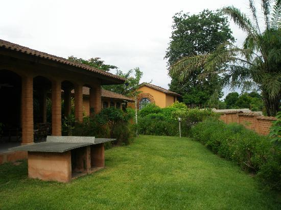 Hotel Mon Afrik: Owners house and gardens