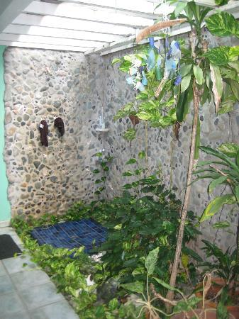 Garden by the Sea B&B: Garden Suite's outdoor shower