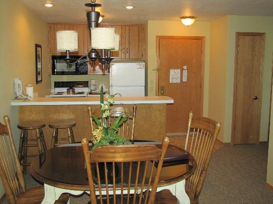 Newport Resort: Kitchen & entrance
