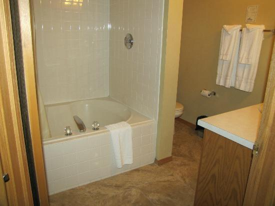Newport Resort: The whirlpool tub/bathroom