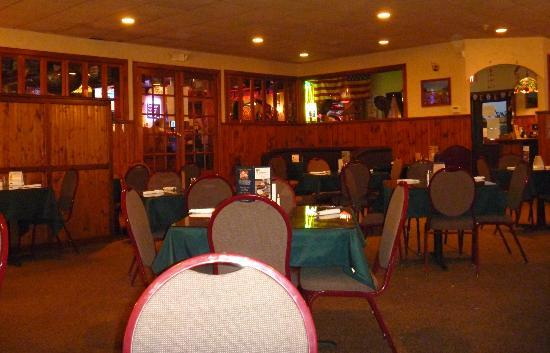 Leandro's Restaurant & Sports Bar: Bar separated from dining area
