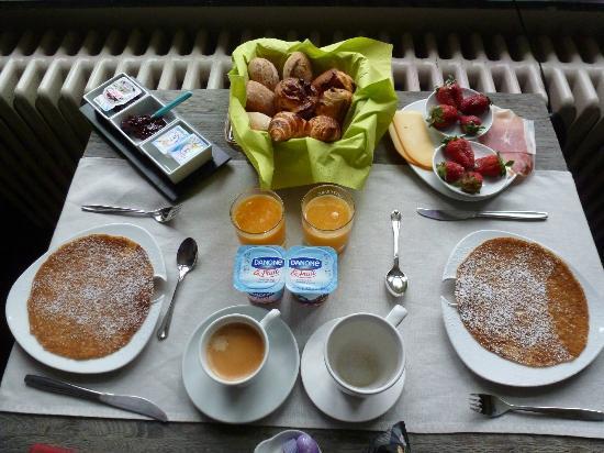 iRoom: Large delicious breakfast