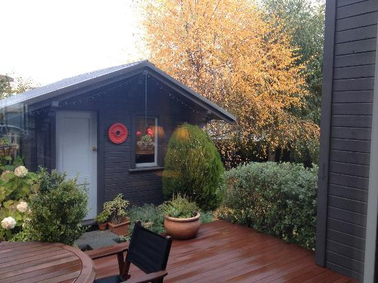 Chalet Queenstown: back yard in fall