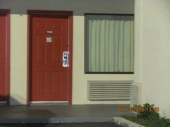 Rodeway Inn Valdosta: Room #108 exterior view