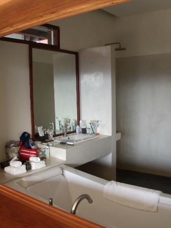 Luang Prabang View Hotel: Bathroom sink - shower to the right