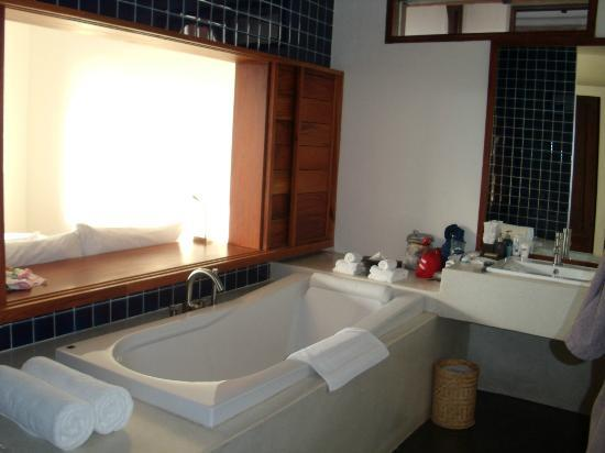 Luang Prabang View Hotel: Bathtub with opening to bed