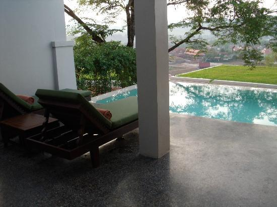 Luang Prabang View Hotel: Pool villa terrace and plunge pool