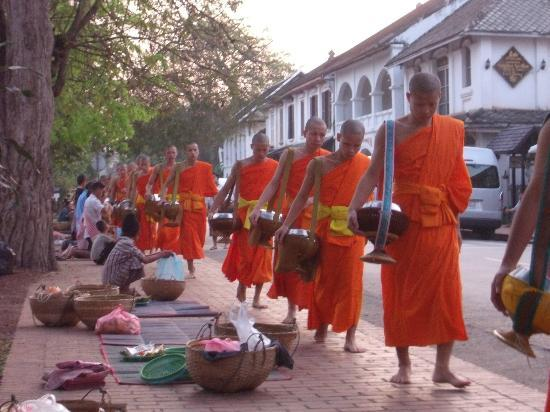 Luang Prabang View Hotel: The monks at the daily early morning alms collection