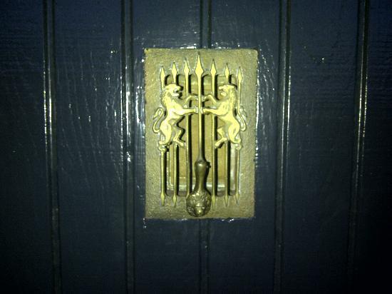 La Maison Hotel: quaint knocker