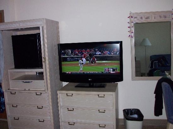 Hale Koa Hotel : TV and drawers