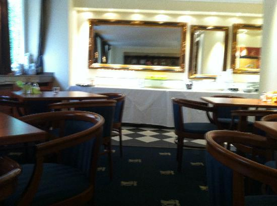 Altstadthotel St. Georg : Breackfest table with reception