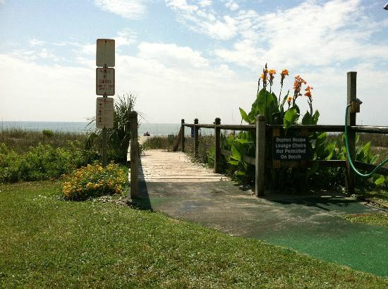 Dayton House Resort: Little walkway to the beach
