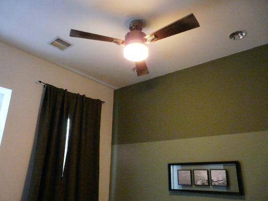 ذا كريستوفر: Nice big fan to cool you while sleeping