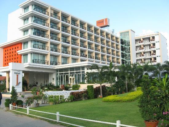 Hotel J Pattaya: Hotel J Anfahrtsbereich und ansicht von der Nord Pattaya Road