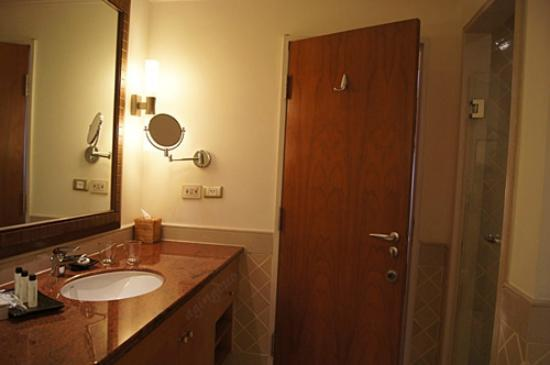 Mayfair, Bangkok - Marriott Executive Apartments: big bathroom with complete amenities