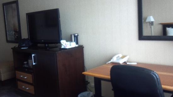 Radisson Hotel Milwaukee West : Microwave and fridge