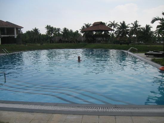 Vasundhara Sarovar Premiere: pool