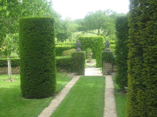 les Jardins du Manoir D Eyrignac: allée