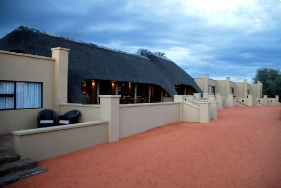 Zebra Kalahari Lodge: The central restaurant, lounge and bar with four rooms left and right