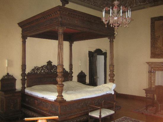 Castello Di Frino: de enorme slaapkamer