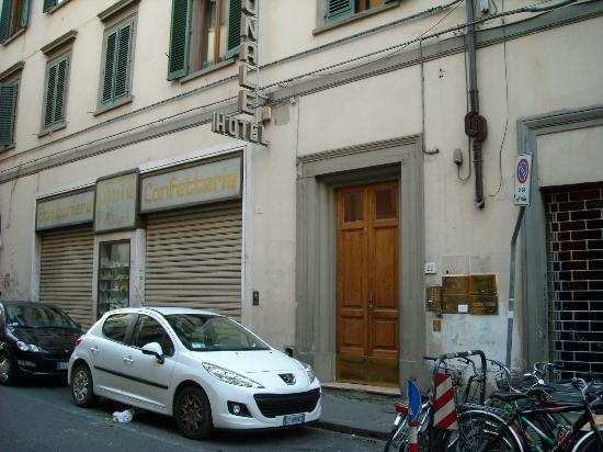 Aramis Rooms: Eingang ist die braune Tür in einer engen Straße