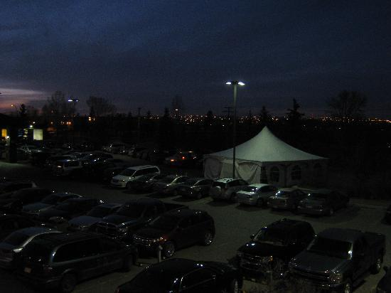 Four Points by Sheraton Calgary West: Parking Lot