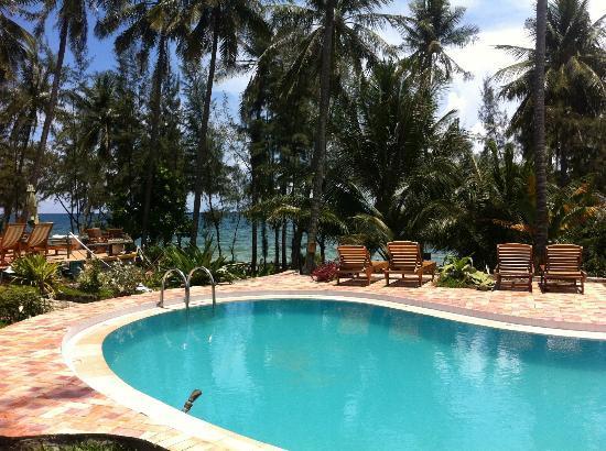 Cassia Cottage : Vue sur la mer depuis la piscine