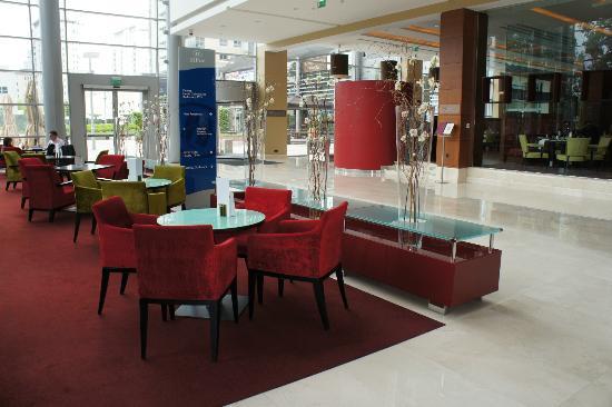 Hilton Warsaw Hotel & Convention Centre : Barbereich Lobby