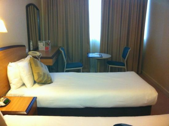 Quality Hotel Ambassador Perth: small room, poor decor