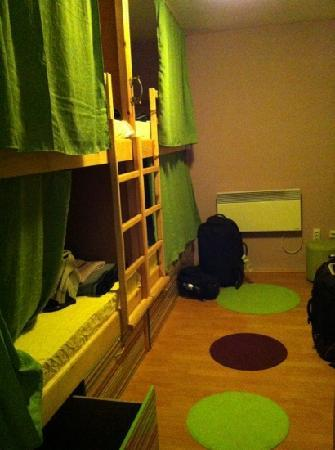 Shanti Hostel: dorm room which has curtain and own reading light and lots of power points!
