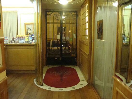 Hotel Gavarni: front door