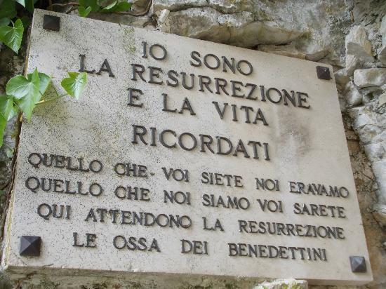 Santuario della Mentorella: mentorella targa sepoltura benedettini