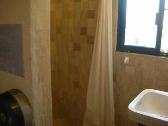 Haina Hostal: Shower room
