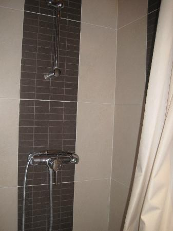 Caulaincourt Square Hostel: New Shower