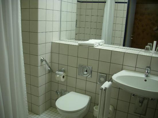 Victors Residenz-Hotel Gummersbach: Bad mit ebenerdiger Dusche