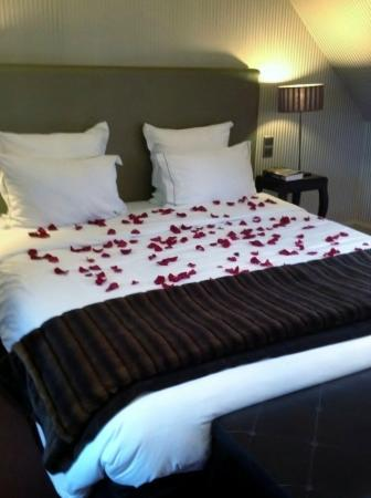 ‪‪Champs Elysees Plaza Hotel‬: Junior Suite - bed scattered with rose petals‬