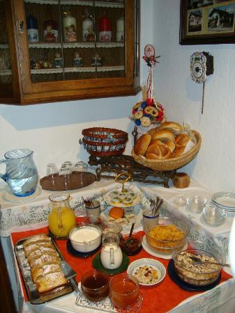 Haus Reichl Reiterweg B&B: breakfast table
