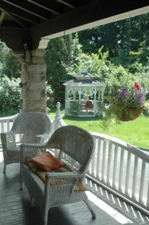 Silverstone Bed & Breakfast: Gazebo from front porch