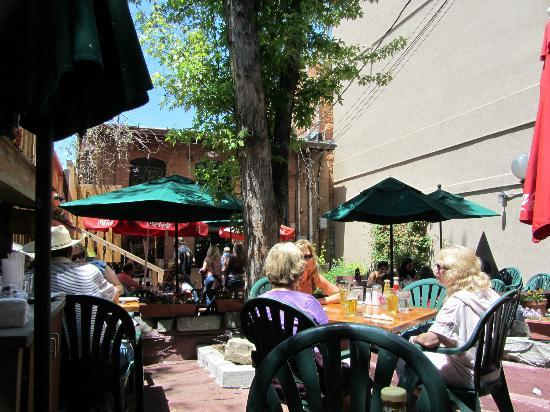 Olde Tymer's Cafe: Relaxing outdoor dining