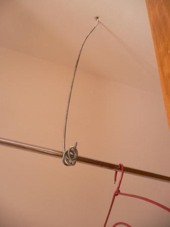 San Fernando 62: armario ropero ,sujeccion de la barra al techo.