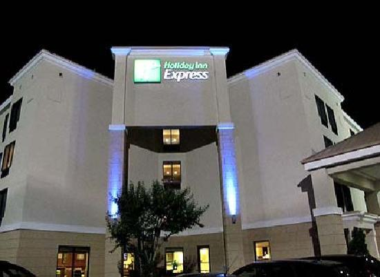 Holiday Inn Express Durham: Entrance to hotel at night