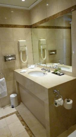 Royal Hotel Paris Champs Elysees: Bathroom