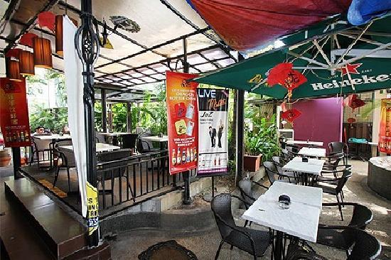 Dave's Bistro Bar & Grill: Alfresco Area