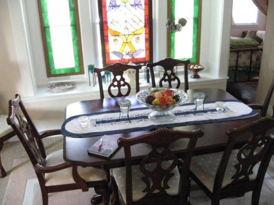 Cozy Koi Bed and Breakfast: Table in Yellow House