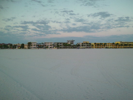 Thunderbird Beach Resort: The wide beach in front of Best Western