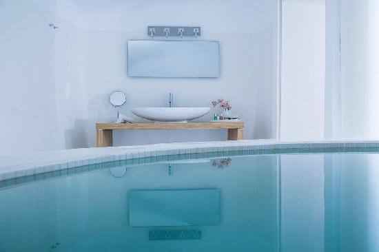 Aliko Luxury Suites : Indoor Jacuzzi in Aliko Suite