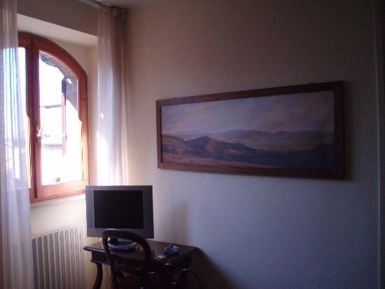 Hotel La Fortezza: 窓は大きくありませんが朝日がさしこんできます