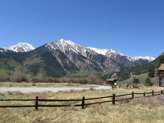 The Windspirit Cottage & Cabins: View of Meadow and mountain from porch of Windspirit Cottage