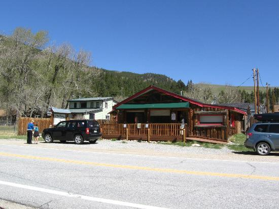 The Windspirit Cottage & Cabins: View of Windspirit Cottage from across the street.